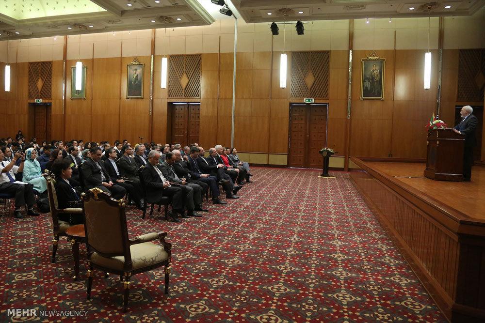عکس/ سخنرانی محمد جواد ظریف وزیر امور خارجه در جمع دیپلمات ها