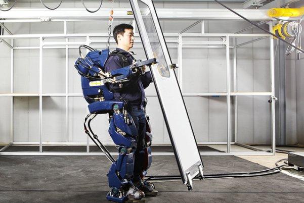با این لباس آهنی اجسام سنگین را به راحتی بلند کنید