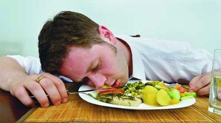 مصرف غذای چرب باعث خوابآلودگی روزانه میشود