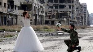 عروس و داماد سوریه ای درمیان خرابه های حلب