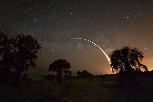 تصویر مشترک موشک فالکون 9 و کهکشان راه شیری