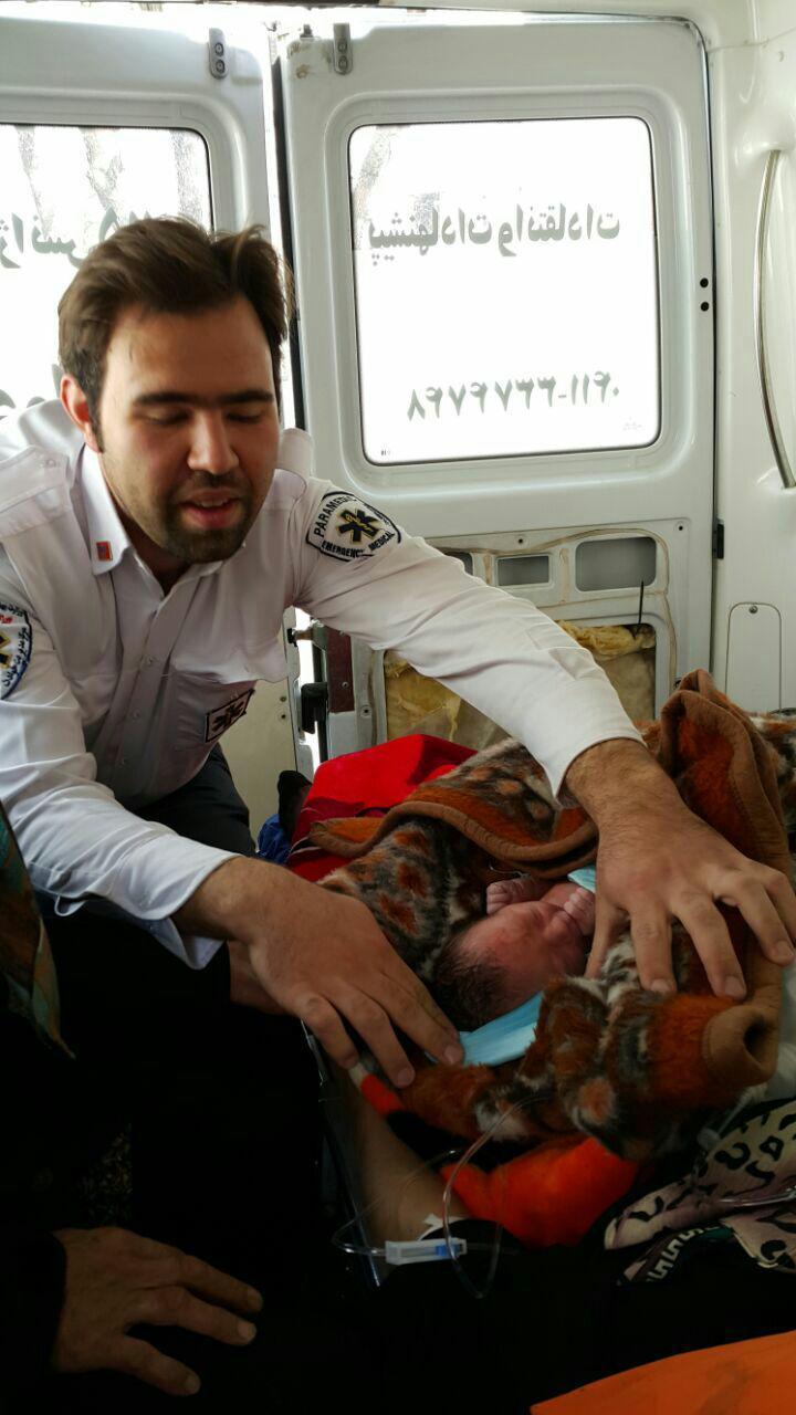 نوزاد دختر چشمانش را در آمبولانس گشود